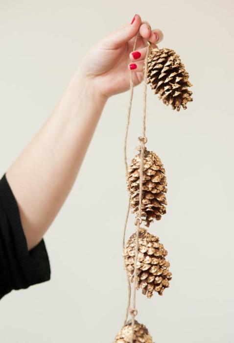 Венок из еловых шишек своими руками