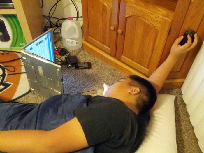 Самая удобная поза для работы с ноутбуком.