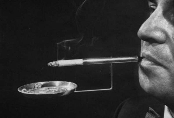 Держатель сигарет с пепельницей для самых ленивых.