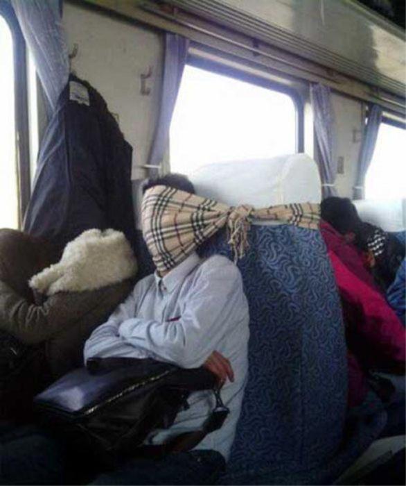 Для тех, кто не любит спать на чужом плече в автобусе.