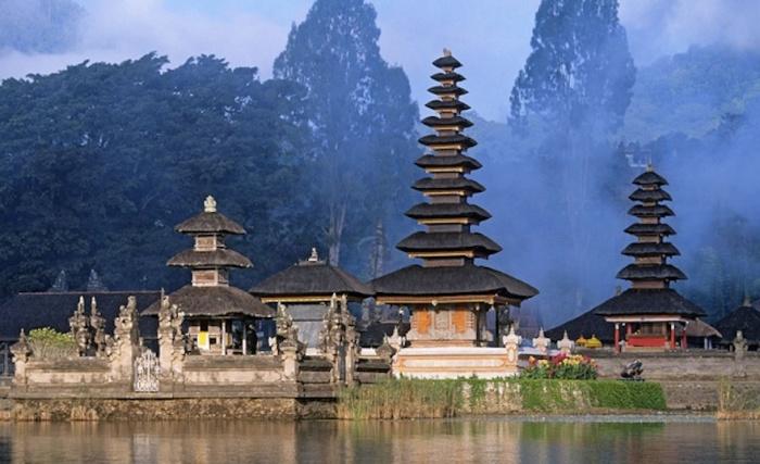 Шиитский храм на воде в Бали, расположенный на озере Братан.