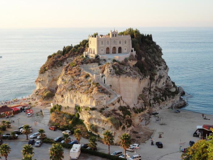 Монастырь, построенный возле пляжа Тропеа.