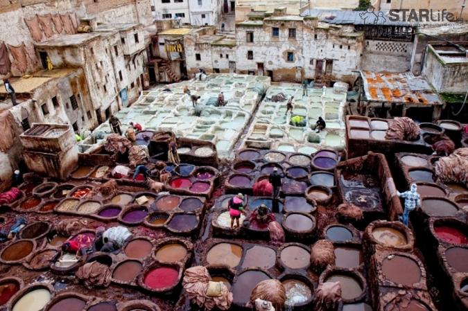 Цистерны, наполнены красящими средствами в городе Фес в Марокко.