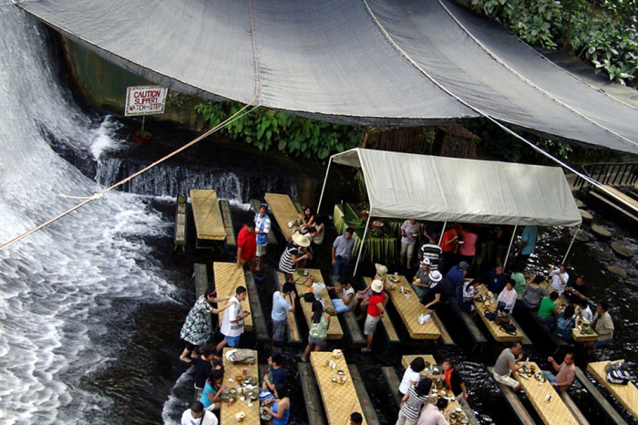 Необычный ресторан прямо под водопадом.
