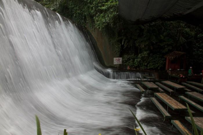 Ресторан у подножия водопада.
