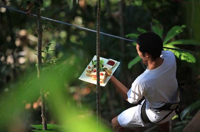 Передвижение официантов ресторана проходит с помощью специальных креплений.