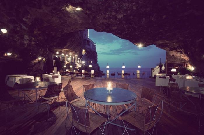 Необычный ресторан с видом на море.