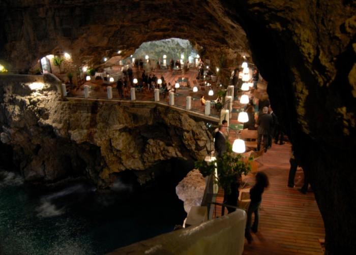 Ресторан внутри пещеры.