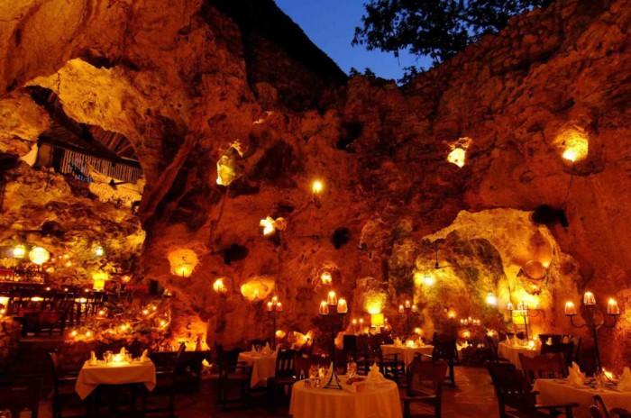 Очаровательный ресторан внутри пещеры.