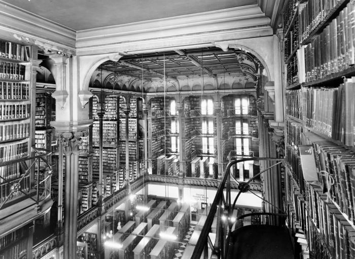Прекрасная библиотека с богатой историей.