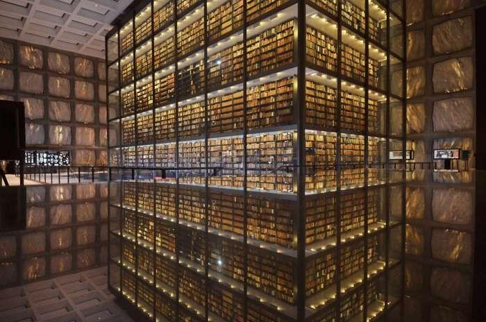 Здесь хранится одна из крупнейших в мире коллекций редких книг.