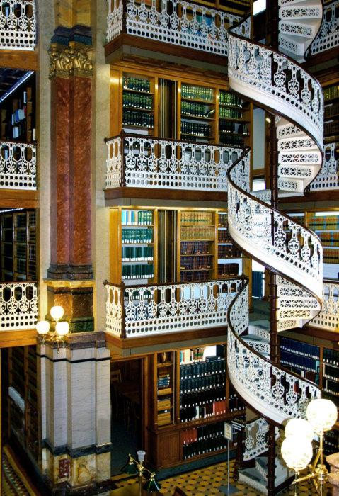 Библиотека с внушительным интерьером.