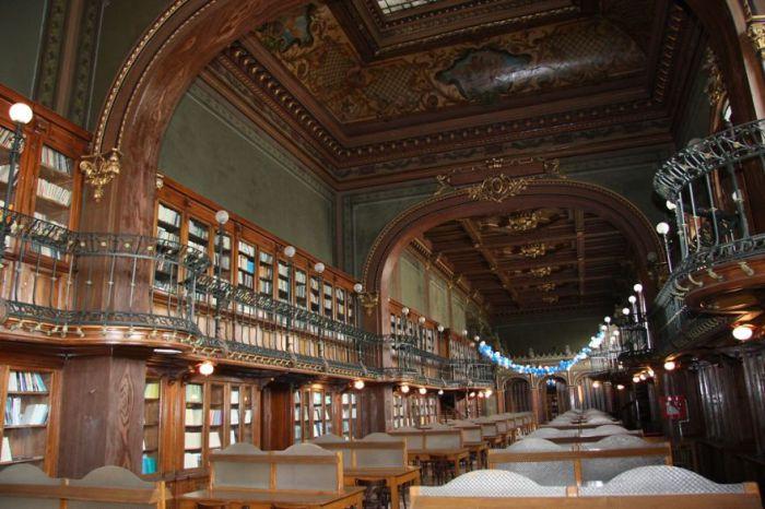 Аристократичная библиотека, в фонде которой насчитывается более двух миллионов книг.