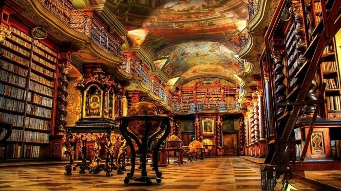 Внушительная старинная библиотека, которой уже более 800 лет.