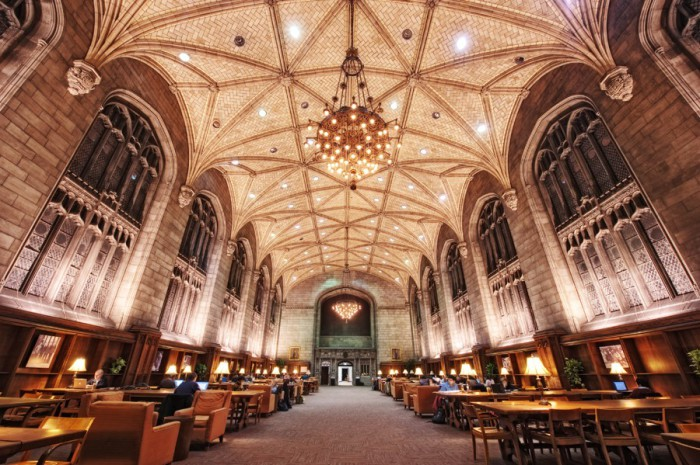 Просторная библиотека с поразительным интерьером.