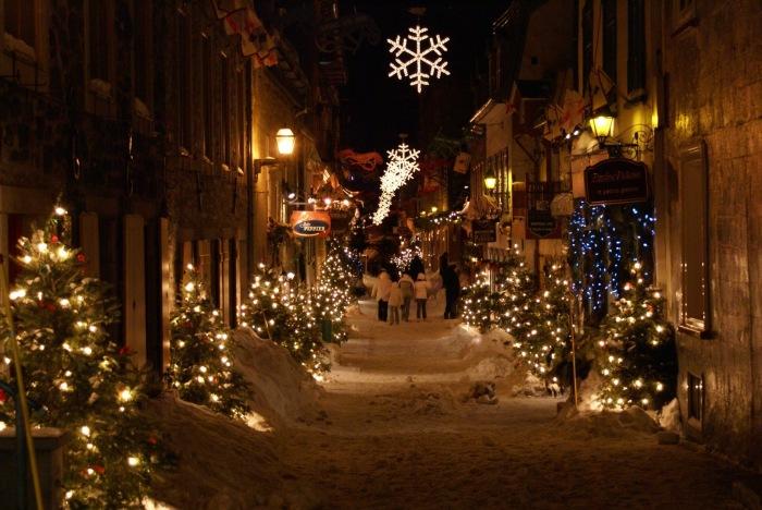Рождественский вечер на улице.
