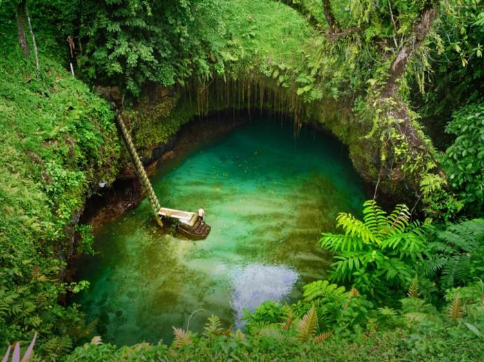 Необычный природный бассейн в кратере вулкана.