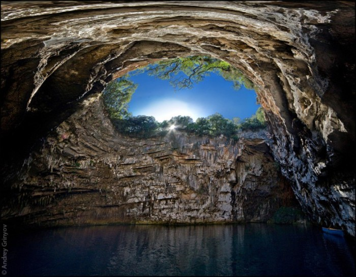 Скрытая пещера в Греции.