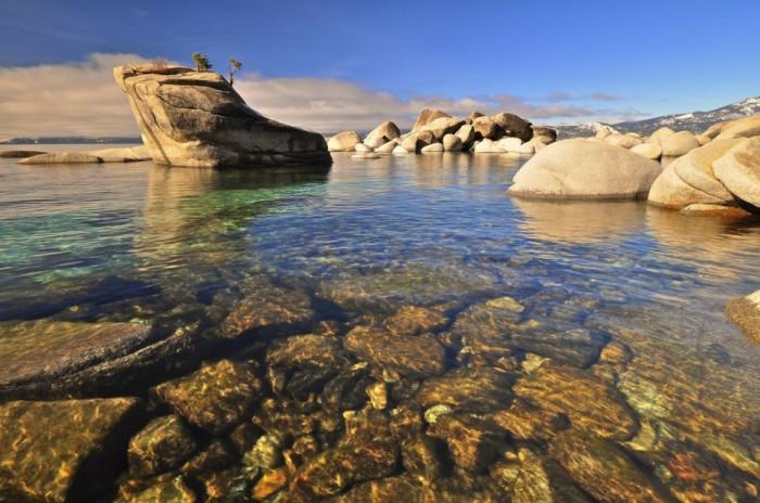 Прозрачные воды озера Тахо в Неваде.