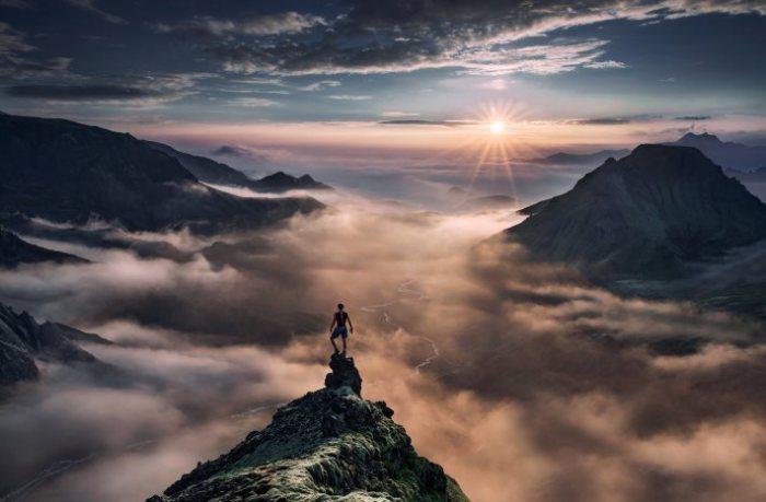Восход солнца на вершине горы.