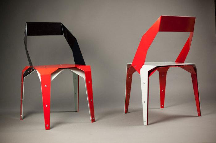 Металлический стул, который выглядит так, будто он сложен из бумаги.