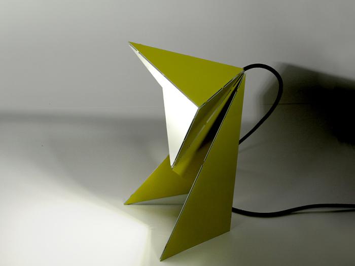 Небольшая металлическая лампа похожа на оригами.