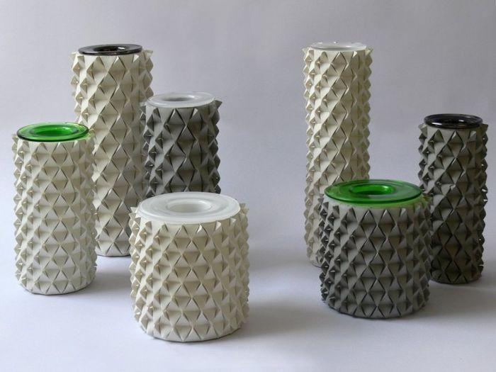 Украшенные настоящим оригами стеклянные вазы.