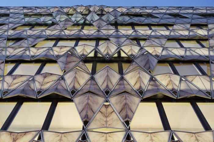 Роскошное здание, окна которого напоминают сложенные листы бумаги.