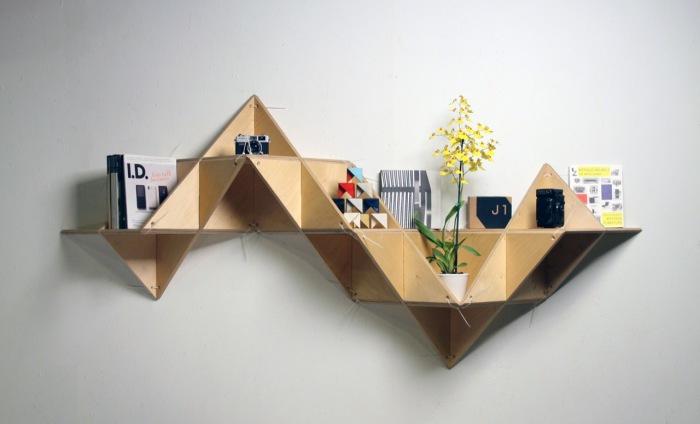 Настенная полка, сделанная из небольших треугольников.