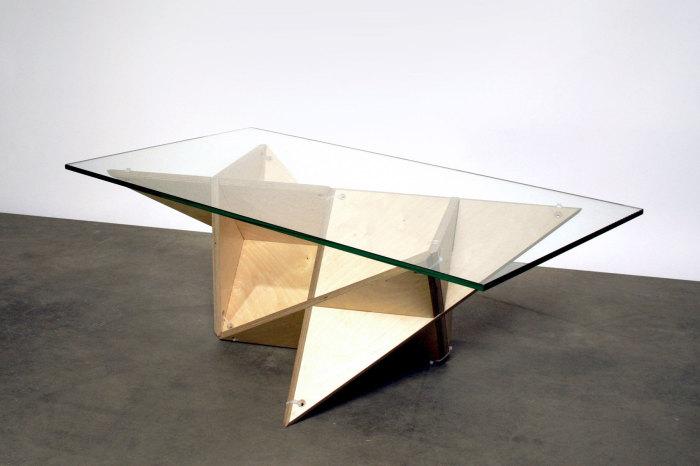 Деревянный стол со стеклянной столешницей.
