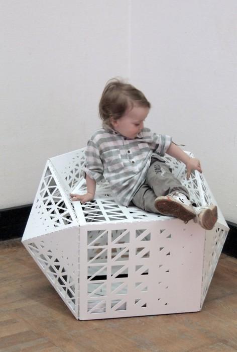 Оригинальное кресло, напоминающее оригами.