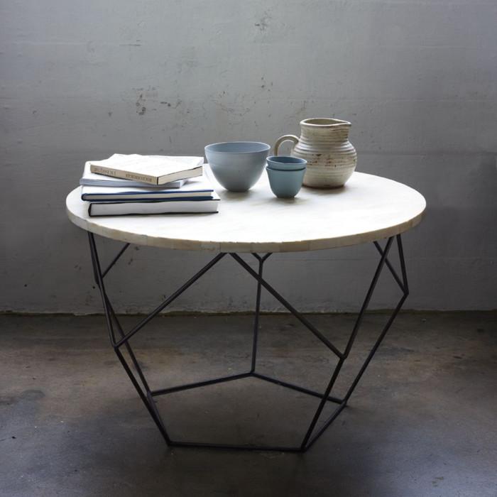 Конструкция этого кофейного столика не так хрупка, как кажется на первый взгляд.