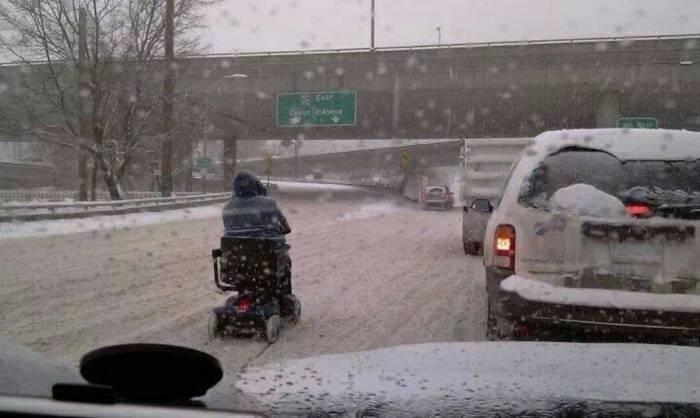 Случай, когда бедолага действительно должен был остаться дома в такую погоду.