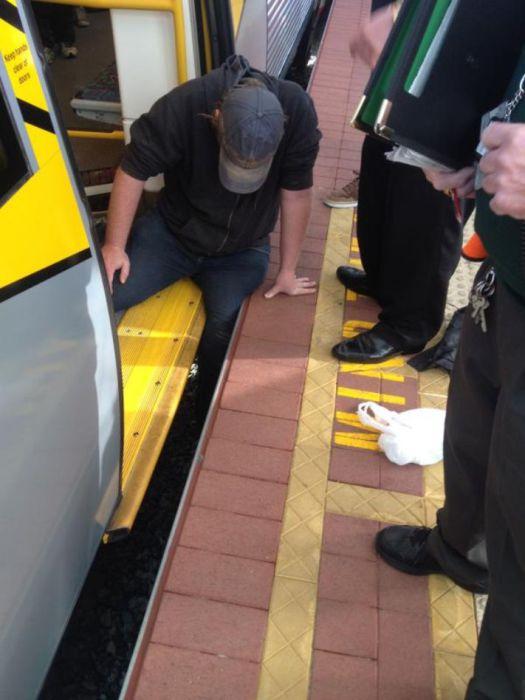Несчастный случай с человеком, застрявшим в щели между платформой и вагоном.