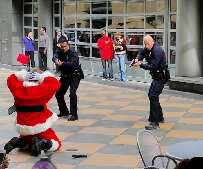 Сцена, способная нанести травму ребенку, все еще верящему в Деда Мороза.