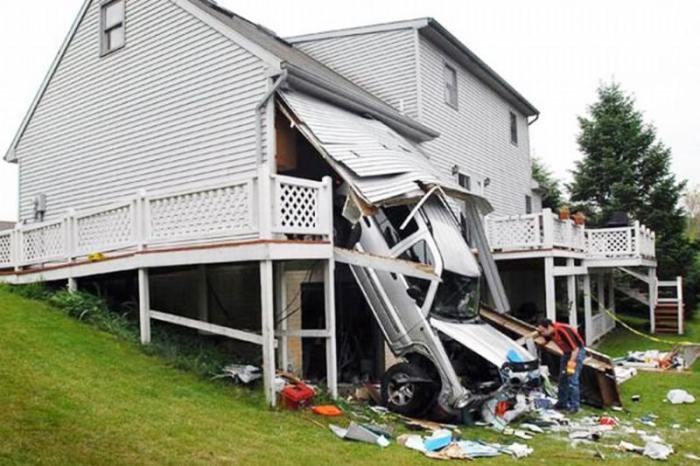 Человек, который умудрился в один момент повредить дом и машину.