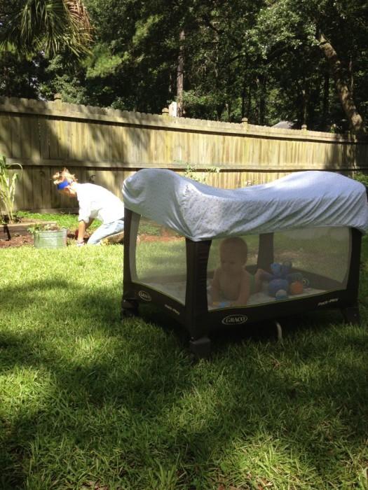 Простынь защитит ребенка в манеже от насекомых и прямых солнечных лучей.