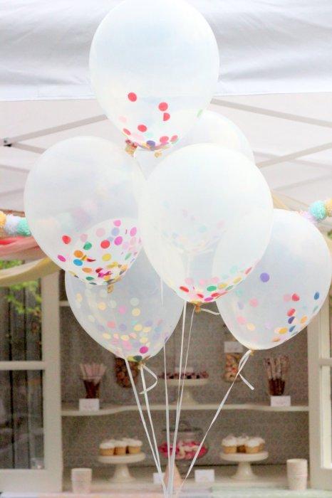 Насыпьте в шарик конфетти перед тем, как его надувать и получите прекрасное украшение для детского праздника.