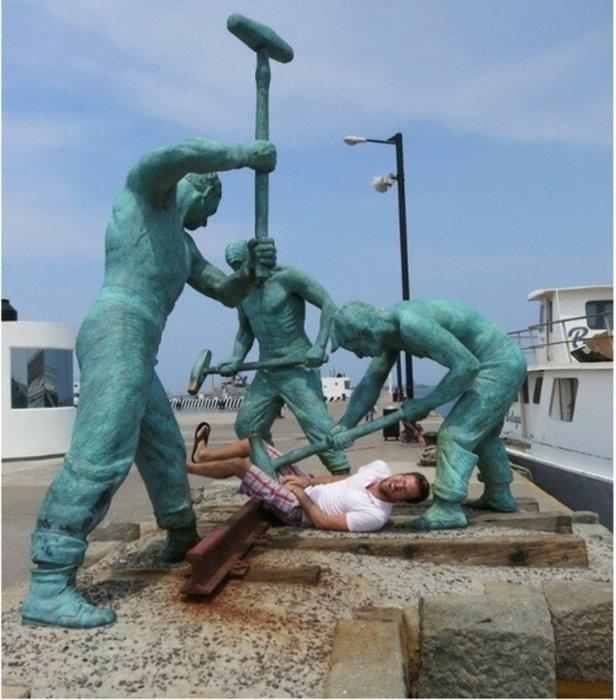 Как превратить памятник в душераздирающую сцену.