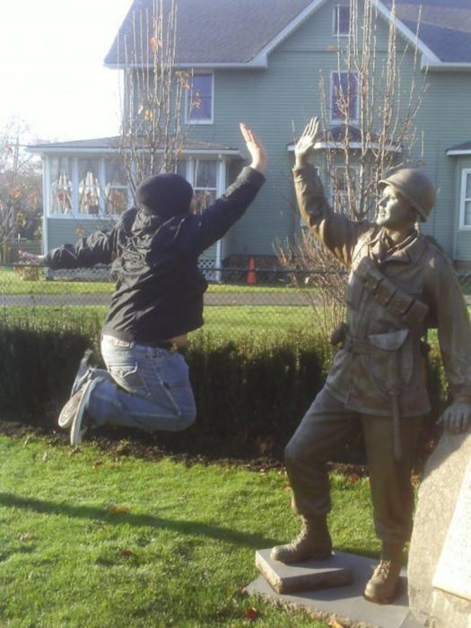 Очень дружелюбная статуя солдата.