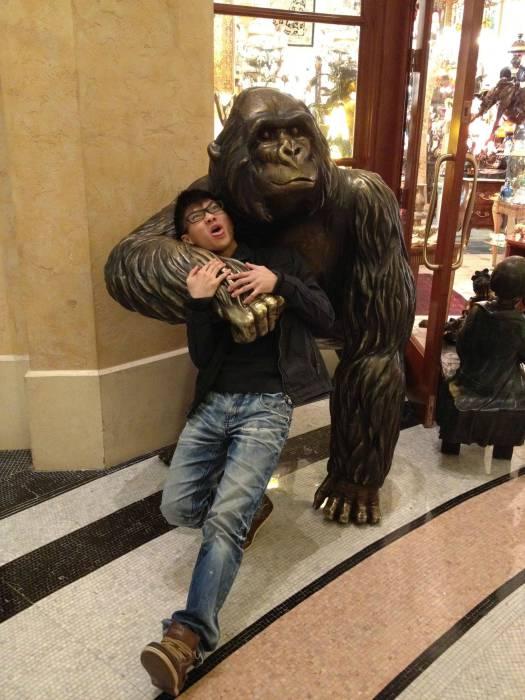 Огромная бронзовая любвеобильная горилла.