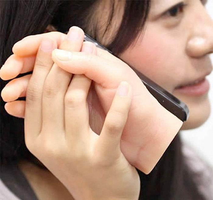 Чехол в виде кисти руки, держащей смартфон.