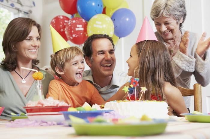Семья радуется прекрасному празднику.