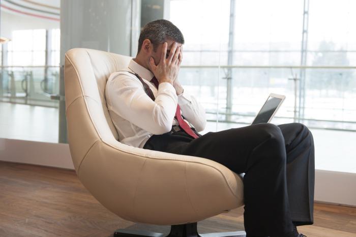 Мужчина, который испытывает трудности в работе.