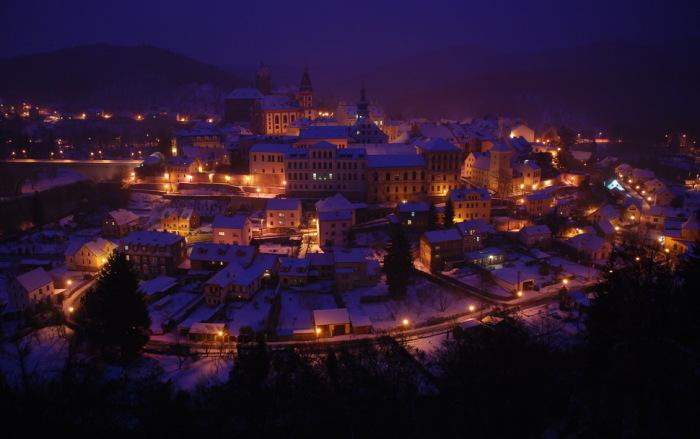 Ночной город Локет зимой.