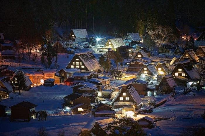 Маленькие домики в городе Сиракава.