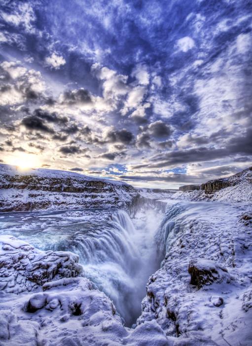 Величественный замерзший водопад.