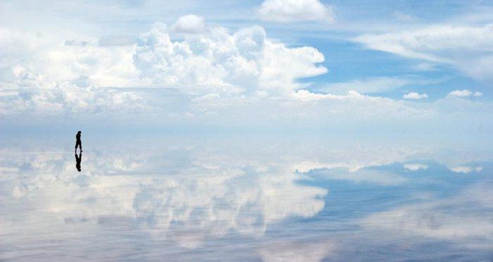 Необычное высохшее соляное озеро.