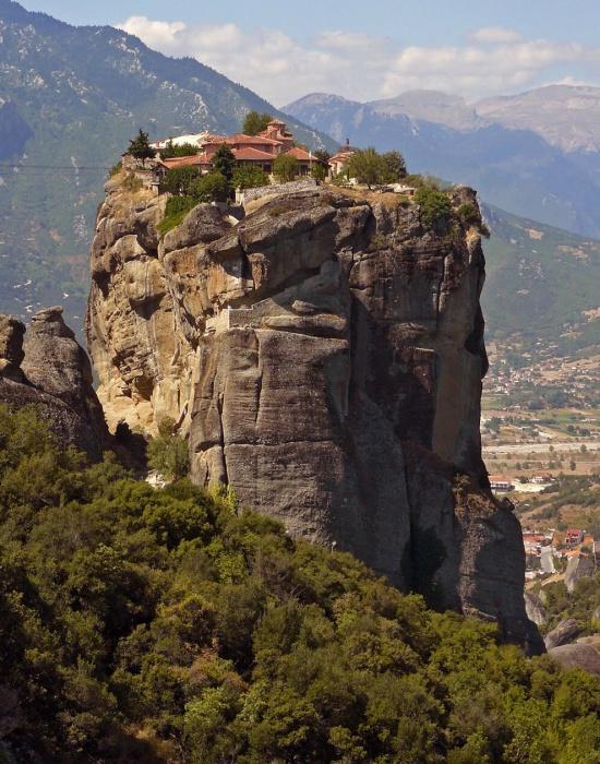 Монастыри на обломках скал.