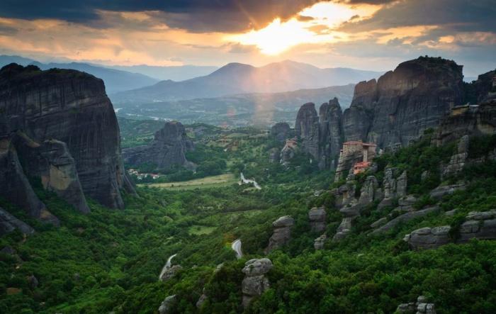 Большой комплекс монастырей в Греции.